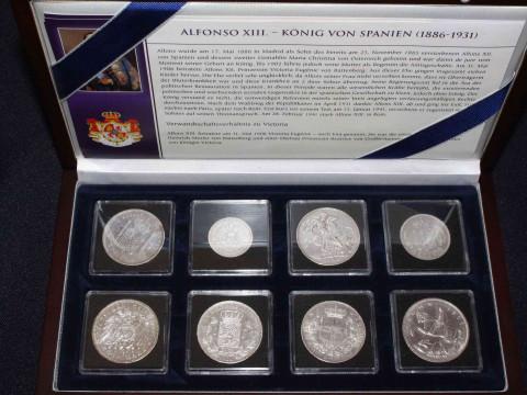 Coin case incl: 1889 Alfonso XIII 5 Pesetas, 1907 Wilhelm II Funf Mark,...